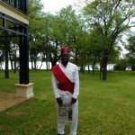 Butler van het Royal Livingstone Hotel in Zambia brengt de krant