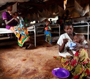 Afrika, kinderen met moeder in ziekenhuis